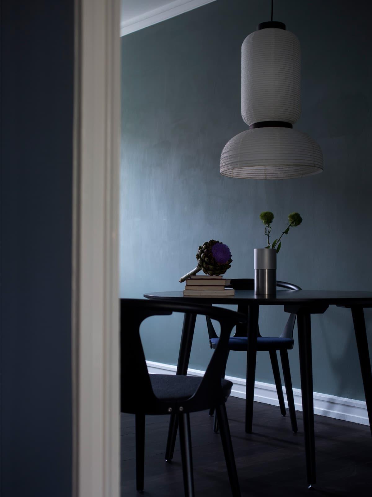 Raumfoto von Designermöbel und Jamie Hayons Designerlampe Formakami