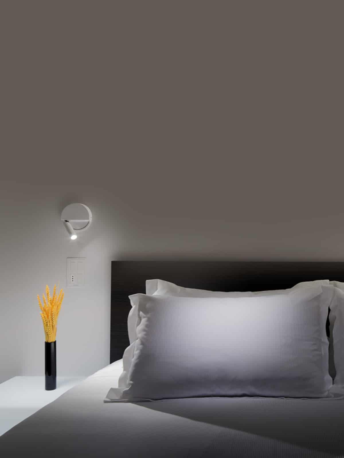 LEDTUBE R weiss links neben Bett