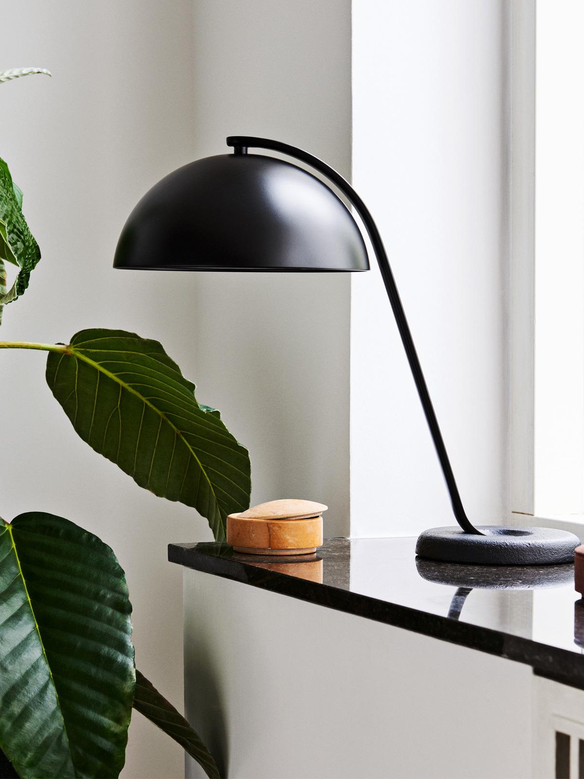 DesignOrt Blog: Ausgefallene Designerleuchten Tischlampe Cloche in Schwarz von wrong.london/ HAY