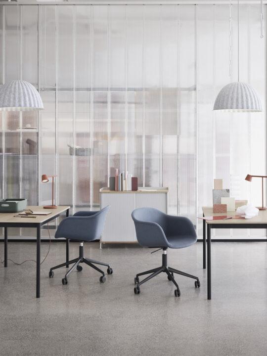Tip Table im Büro mit Under the Bell Pendelleuchte Muuto