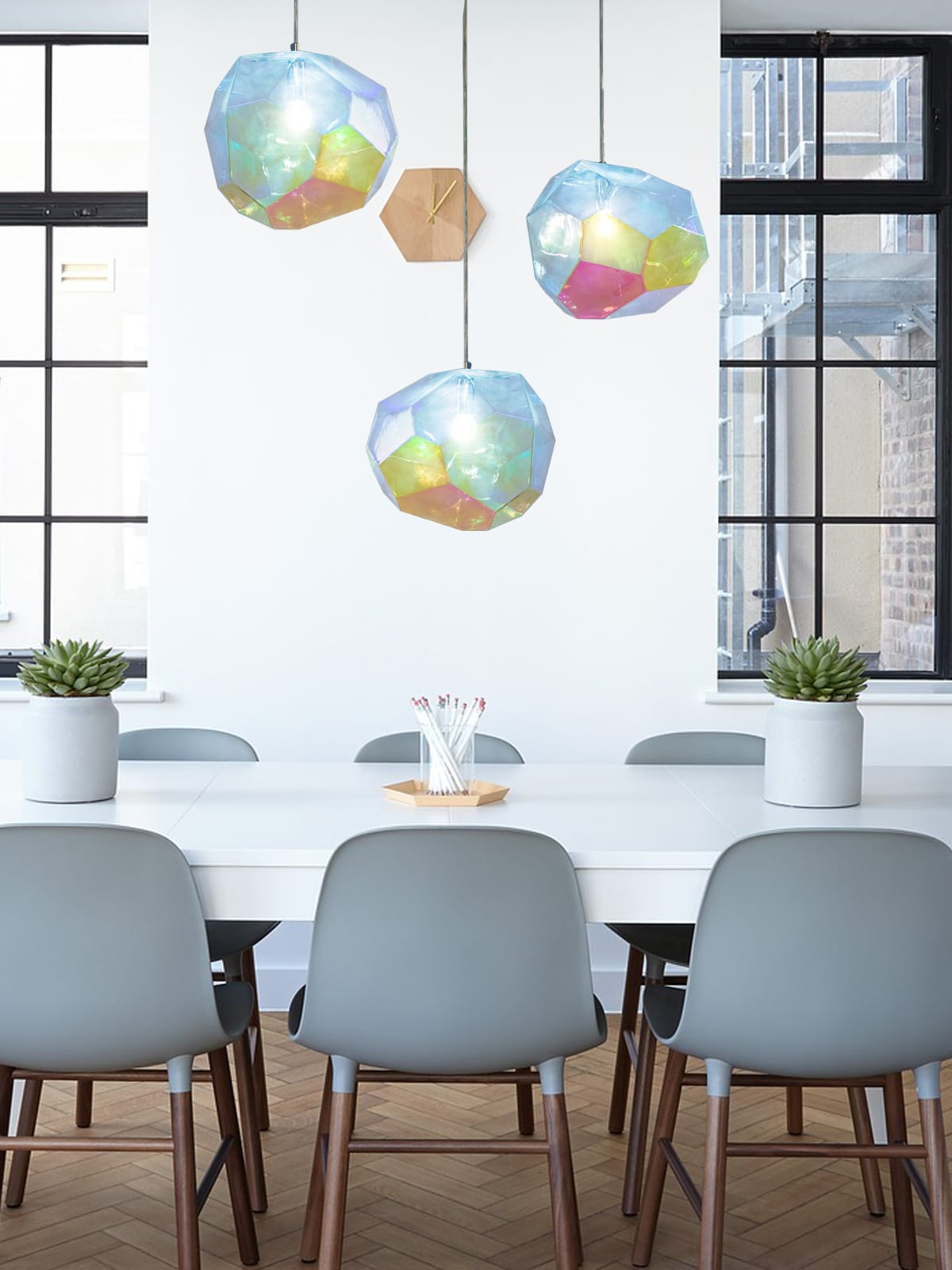 DesignOrt Blog: Pendelleuchten aus Glas Innermost Asteroid Dreierhängung über Tisch