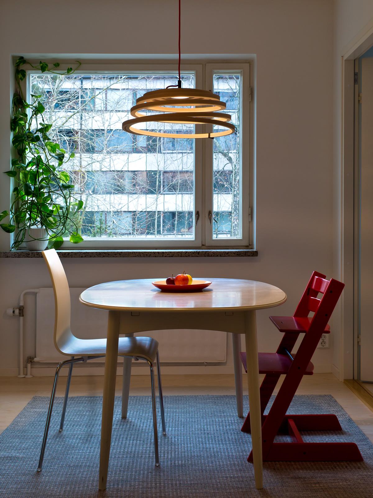 DesignOrt Blog: Designerleuchten Holzleuchte Aspiro Secto Design über Tisch