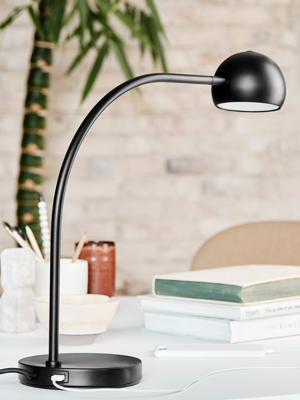 Frandsen Lighting Ball Table USB Ladestation Tischlampe Designort Berlin