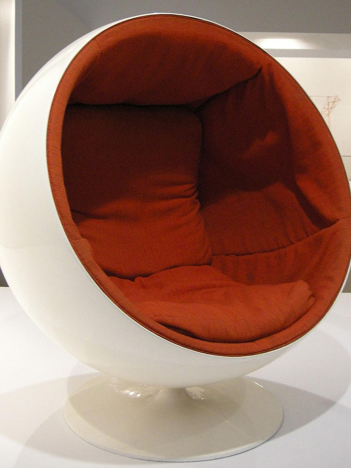 Globe Chair von Eero Arnio in Weiß und Rot DesignOrt Blog
