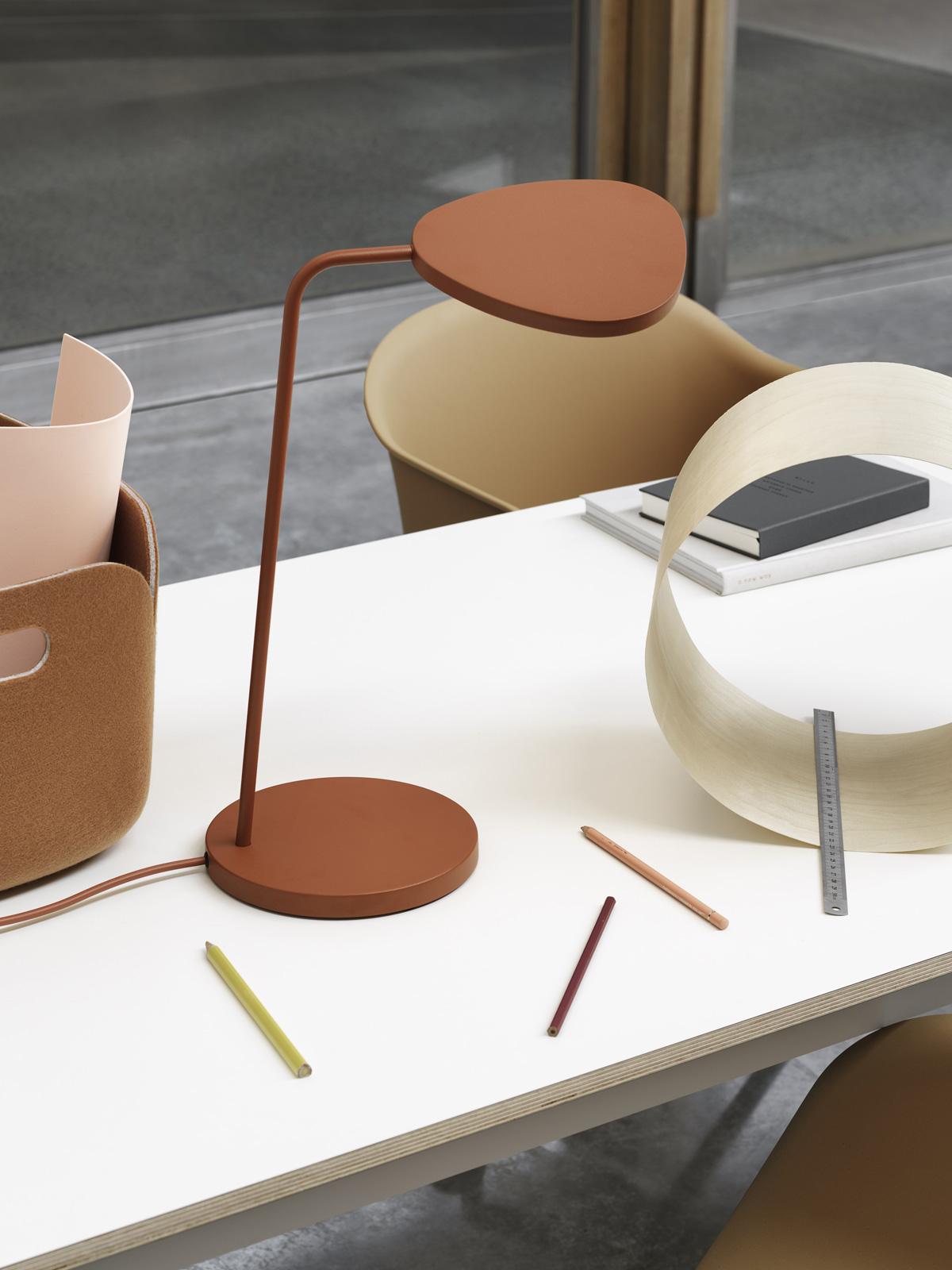 DeisgnOrt Blog: Trend: Farbige Leuchten Leaf Table LED Tischlampe muuto DesignOrt Onlineshop Lampen Berlin