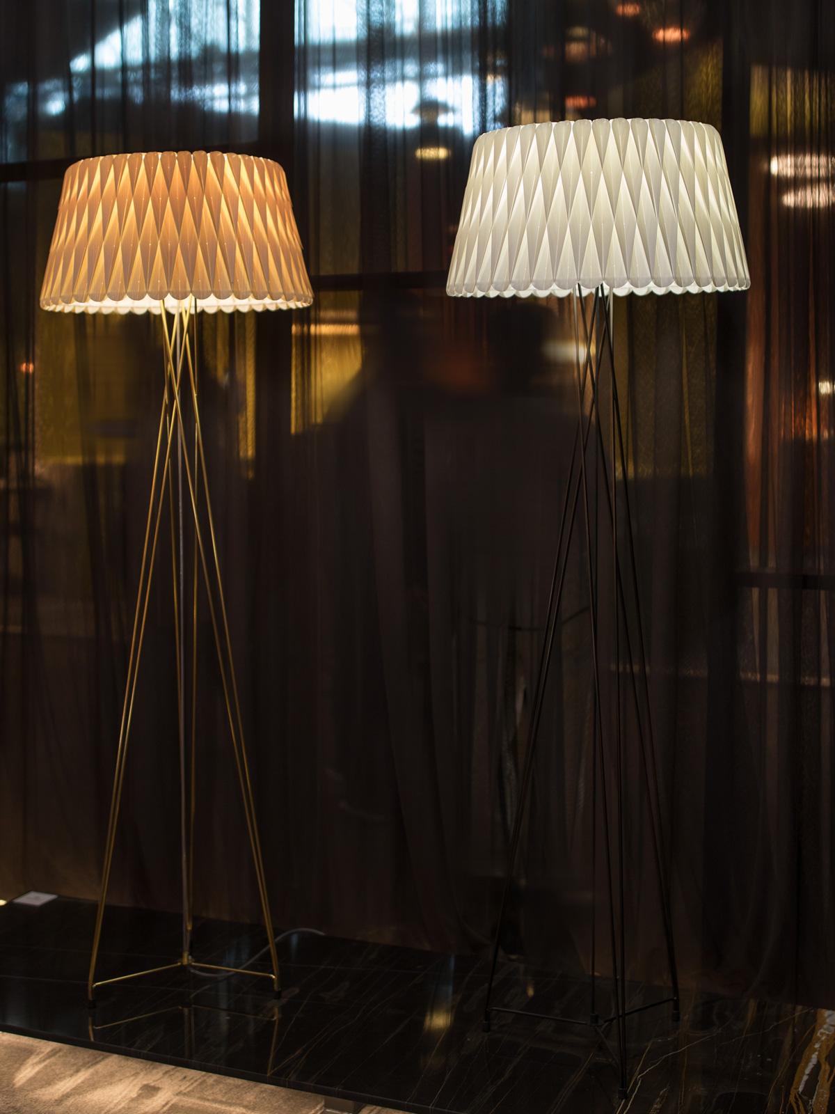 Lola Stehleuchte LZF Lamps Holzleuchte DesignORt Berlin Lampen