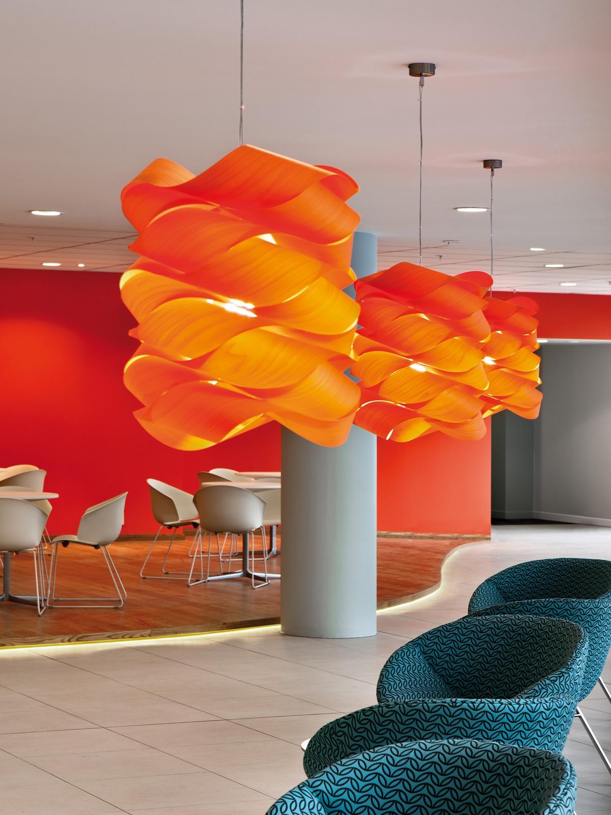 Link Chain große Pendelleuchte von LZF Lamps aus Furnierholz Design Ort Lampen Berlin