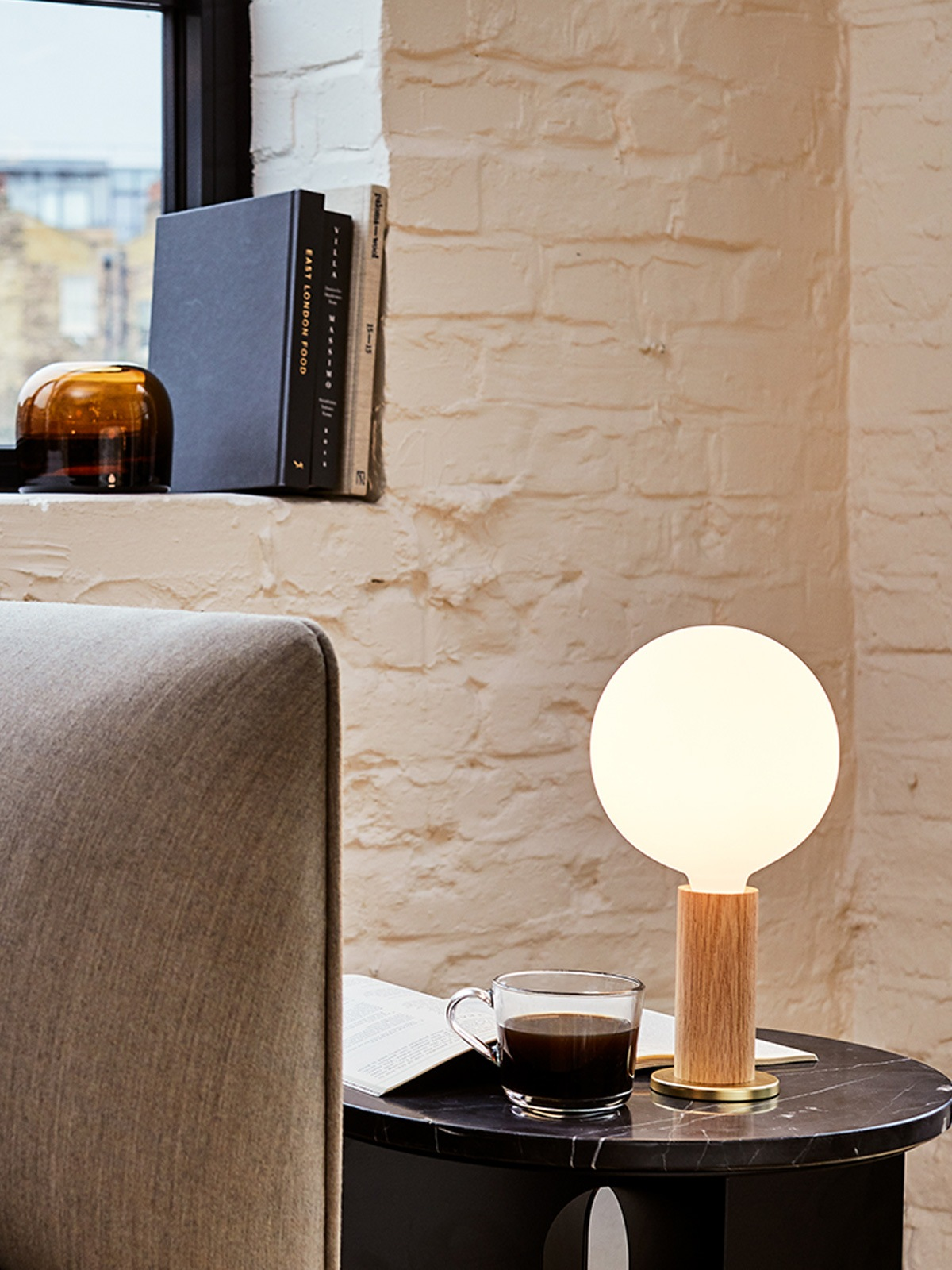 Tischleuchte mit großer Glas Birne Knuckle Table Lamp Holz Tala DesignOrt Berlin Lampen
