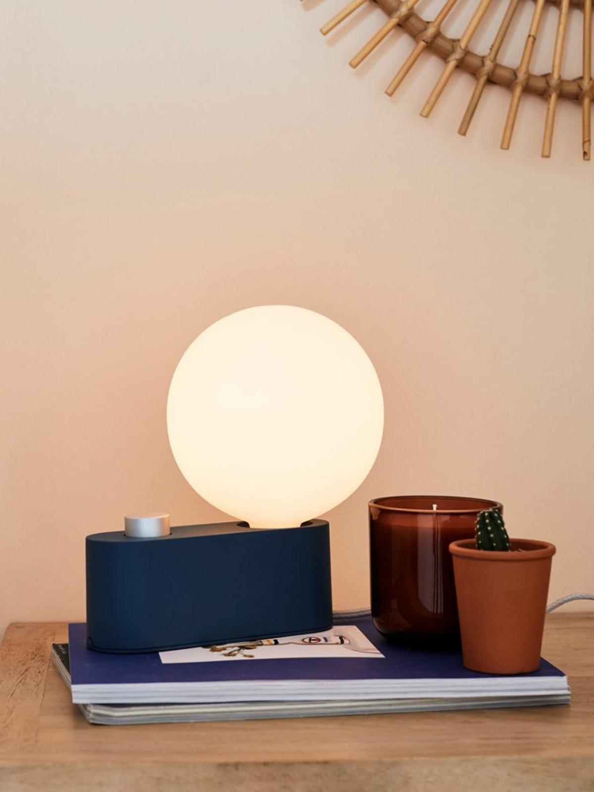 DesignOrt Lampenblog: Farbtrends 2021 Tala Alumina Tischlampe mit mundgeblasenem Leuchtmittel DesignOrt Lampen Berlin