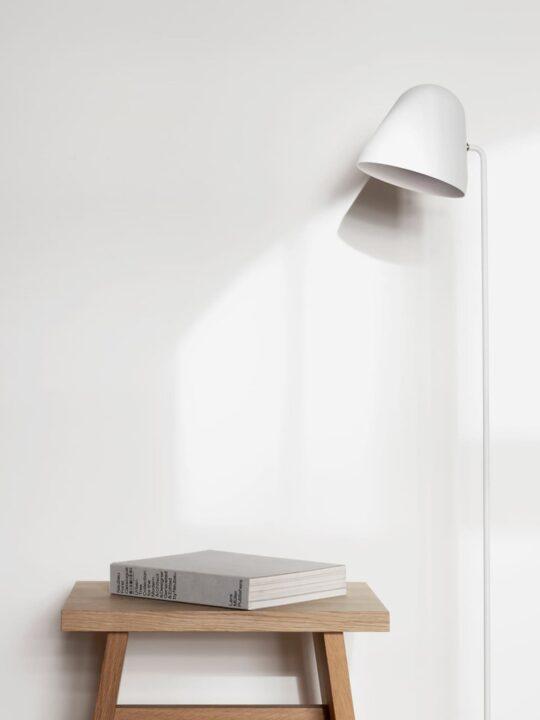 NYTA Tilt S Floor Stehlampe Weiß DesignOrt Leuchten Berlin