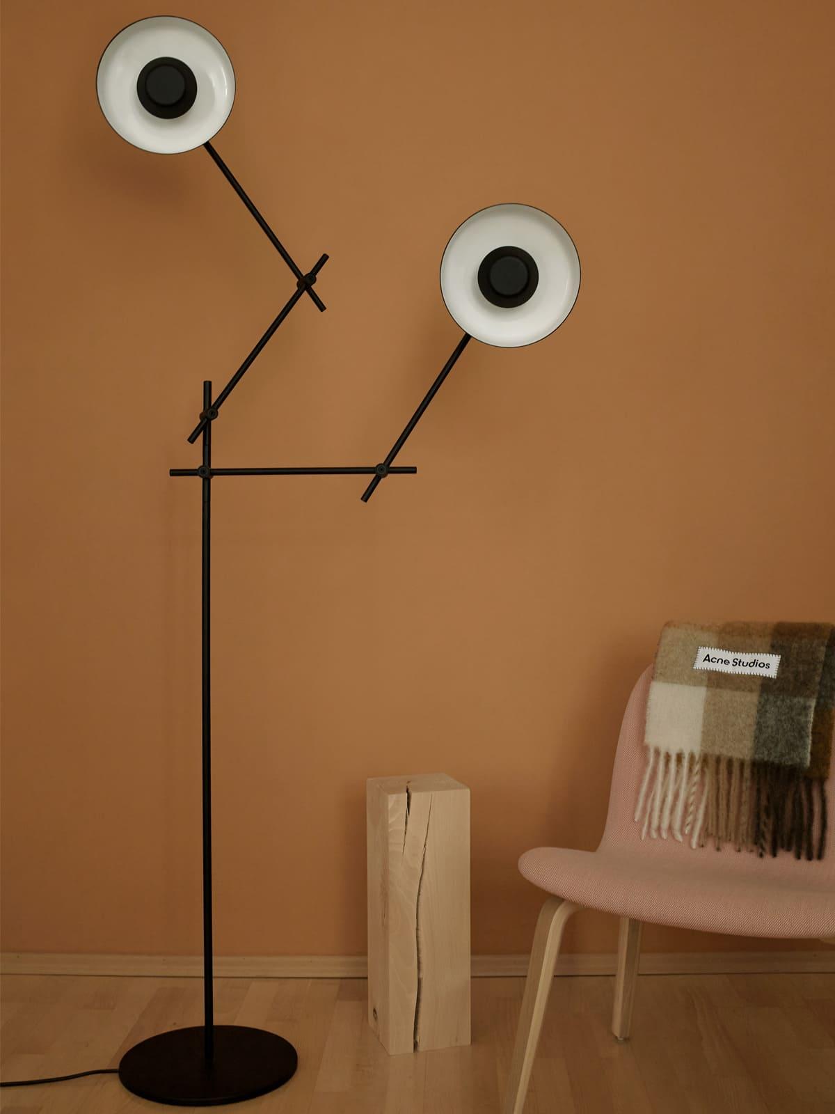 Grupa Lampe Arigato F Stehlampe mit beweglichen Lampenschirmen