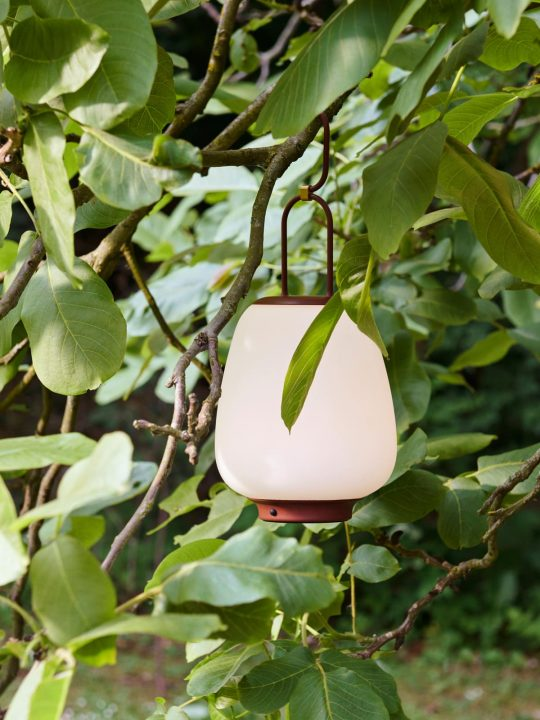 &tradition Lucca aufladbare Lampe mit Schirm aus weißem mundgeblasenem Glas